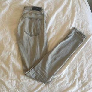 Gråa tajta jeans