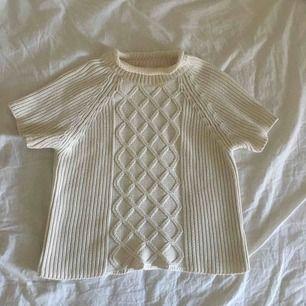 Stickad tröja i T-shirt modell att l men är som en small