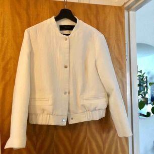 Jacka från Zara i mycket fint skick. Stl 36. Köparen står för frakten.