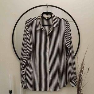 Blus/skjorta från HM, mer som en 40/M i storlek. Snygg att ha instoppad i jeans eller off shoulder! 40kr frakt✨