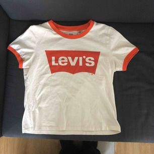 Sjukt snygg vit/orange Levi's tröja köpt förra året. Aldrig använd utan bara testad. Frakt tillkommer ✨✨