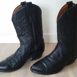 Stövel, dam, svart, storlek 39, kalvläder, höjd 30 cm, klackhöjd 3 cm. Märke: Tony Mora, Mulet Western Boot, style no. 567. Lite använda i gott skick. Extra slitsula monterad. Nypris ca 2.000 kr. Säljes för 700 kr.