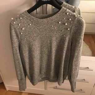 Grå tröja med pärlor från Gina tricot, storlek M. Säljs för 70kr. Köparen står för frakt om du inte har möjlighet att mötas upp i Stockholm.