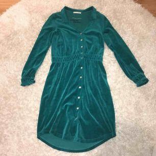 Grön sammetsklänning från Odd Molly. Sitter som en storlek S/M. Aldrig använd. Du står för frakt om du inte kan mötas upp i Stockholm.