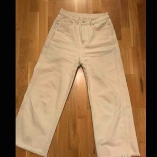 Ascoola beiga jeans i en lite kortare modell, sparsamt använda!