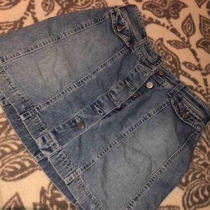 Schöner Jeansrock mit Knöpfen in gutem Zustand! Größe S / XS passt zu allem. Versand, wenn der Käufer dafür steht!