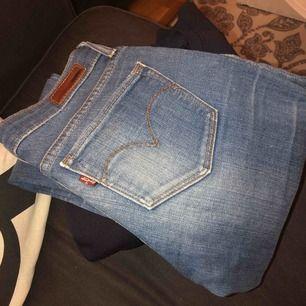 Super bequeme Levis Jeans! Verwenden Sie ein paar Mal, wenn sie etwas klein auf mich sind. Das Modell ist dünn, keine Stretch-Jeans, wenn Sie das sagen!