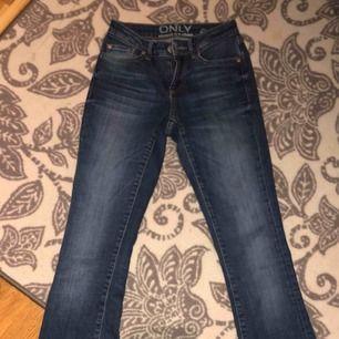 Super schöne Passform bei diesen ausgestellten Jeans! Leider werden sie nicht verwendet, wenn sie dürftig sind, aber diese sind so bequem wie nie zuvor! Der Käufer steht für den Versand.