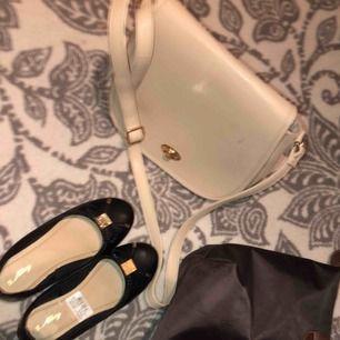 Superfeine Ballerinas nur Größe 36 geprüft! 100kr Brown etwas größere Tasche. 50kr helle Tasche etwas kleiner, passt aber zum wichtigsten. 50 kr Wenn Sie alles kaufen, erhalten Sie es für 200 kr! Der Käufer steht für den Versand.