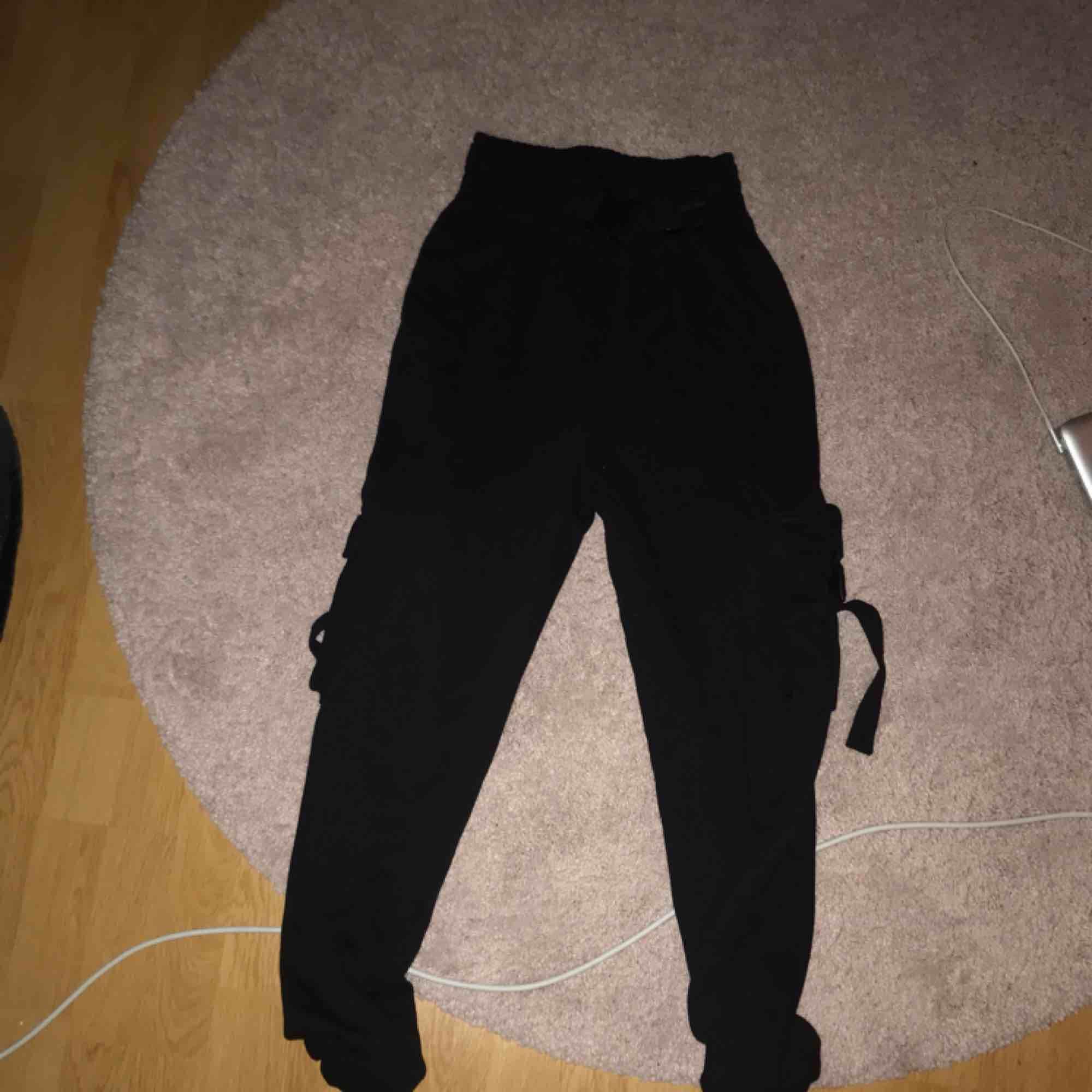 """Snygga """"cargo""""-byxor från missguided! Storlek 36. Lite svårt att visa men ett """"säkerhetsbälte"""" inbyggt i midjan och fickor på sidorna! Mjuka och sköna  Frakt tillkommer på 30kr. Jeans & Byxor."""