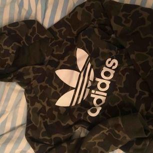 Supersnygg tröja från märket Adidas, superskön hoodie i storlek S. Hel och fin! Snörena är borta men de går enkelt att sätta i andra snören.