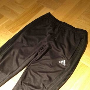 Adidasbyxor i ALL-BLACK. Storlek XS-S eller storlek 152. Extremt sparsamt använda & byxorna är jätte bra skick. Pris kan eventuellt diskuteras vid snabb affär.  Nypris 699:-