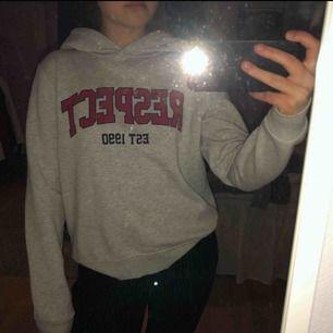 Skön college hoodie i storlek L som sitter oversize på mig som har S/M. kan mötas upp i Stockholm eller så står köparen för frakten😜