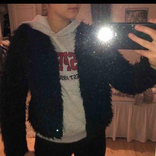 Snygg lite tunnare pälsjacka från Gina tricot i storlek M. Kan mötas upp i Stockholm eller frakta (köparen står för frakten).😜