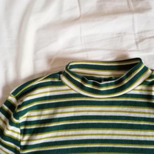 Superfin randig tröja med halvpolo i mjukt material.