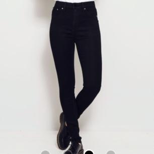 Ett par svarta jeans i modellen snake från lager 157 skriv för bättre bilder  Orginalpris: 200kr
