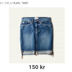 Ny Jeanskjol med fickor fram och baktill. Slits på sidorna och fransar ner till. Knäpps med knappar.🌺 Orginalpris 150kr