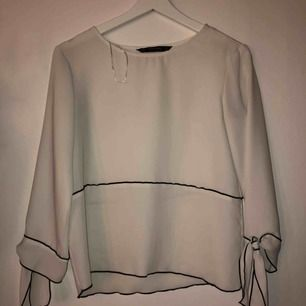 Jättefin blus från ZARA, säljer för att jag själv inte tycker jag passar i vitt. Frakten betalas av köpare