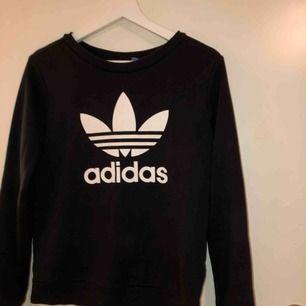 Adidas tröja. Jättesnygg och i bra skick! Köparen står för frakt och högst bud vinner