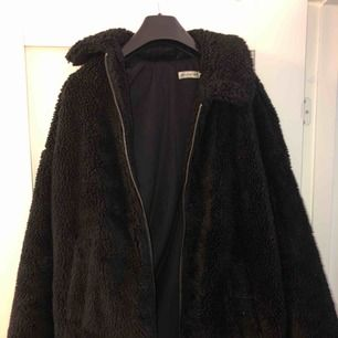 Svart Teddy jacka från Urban Outfitters Storlek: XS (kan användas som S)