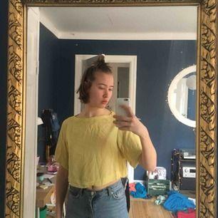 En fin gul blus från H&M. Använd fåtal gånger för att den tyvärr inte passat med min stil. I väldigt bra skick. Jag kan mötas upp i Stockholm, annars betalas frakt själv.