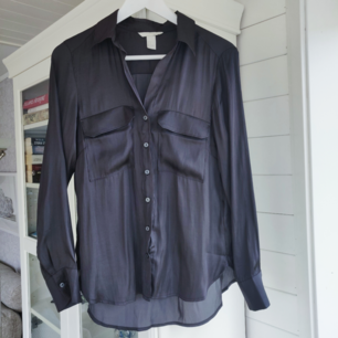 Helt ny, svartgrå i färgen. Storlek 34. Säljes för 150 kr inklusive frakt. Kan även tänkas bytas mot något du säljer⭐