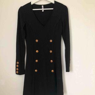 Jättefin Balmain inspirerad klänning. Långärmad i lite tjockare material. Perfekt för vädret i Sverige. Använd 1 gång. I jättebra skick.