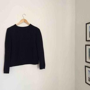 Go stickad tröja i bomull från COS. Använt men bra skick. Mörkblå lite urtvättad färg, snygg och lättmatchad till allt! En av mina favoriter! Frakt tillkommer 💫