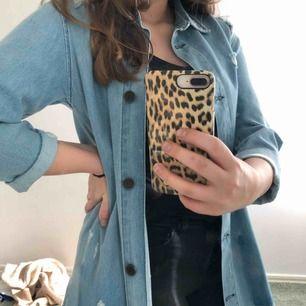 En lite tunnare form av jeans jacka. Den har öven lite slitningar här och var. Detta är verkligen en jacka som kan piffa upp en outfit. Ink. Frakt ( skriv så kanske vi kan mötas upp och plagget blir billigare)! GE GÄRNA BUD!