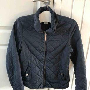 Perfekt vår och/eller sommarjacka från H&M i stl 40. Tunn och smidig jacka,  Nypris: 299kr Säljer för 150kr inklusive frakt.