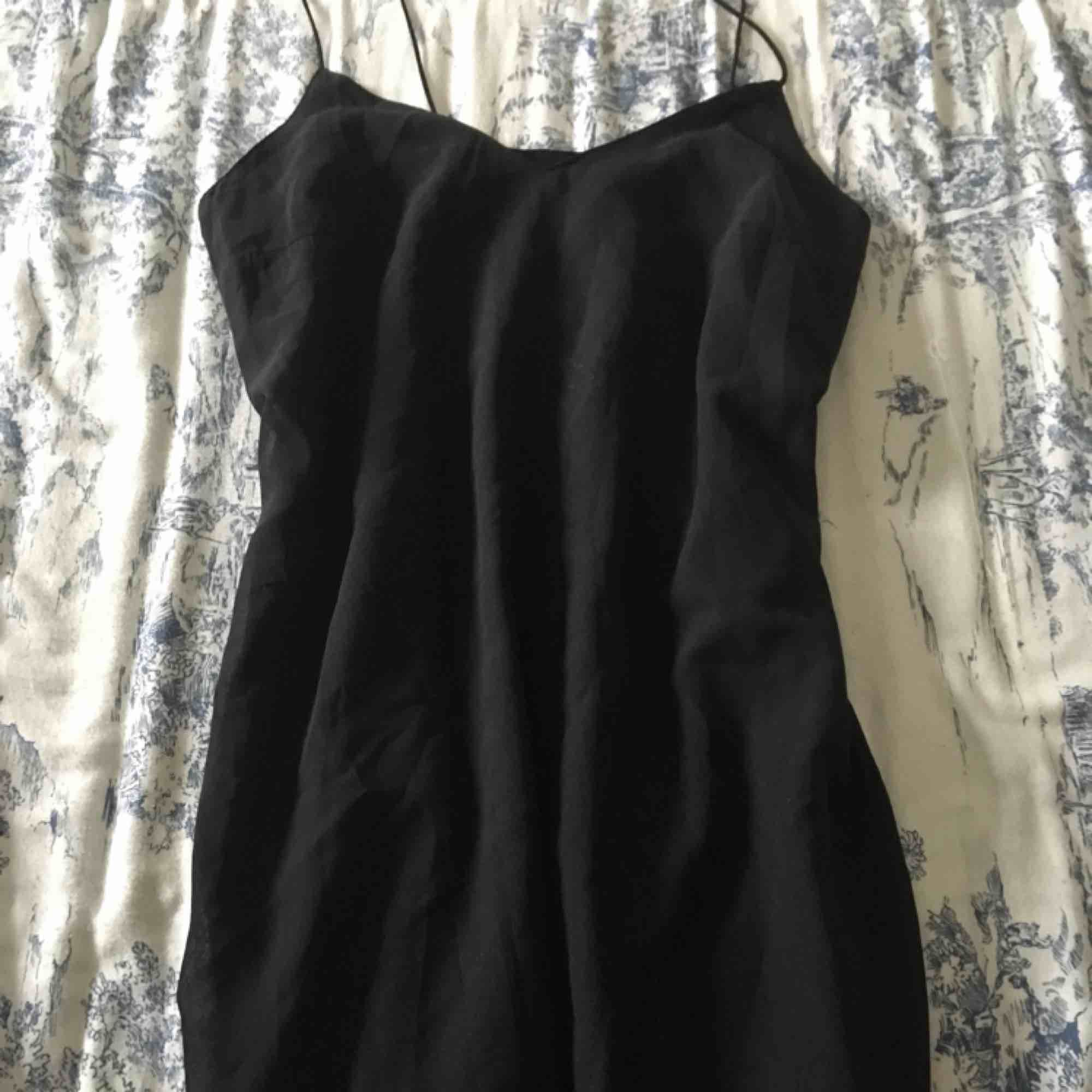 b92df5245b70 Fin svart klänning. Säljes för 80kr inkl frakt, kan även mötas upp i gbg ...