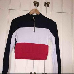 Helt ny lite sportigare tröja från boohoo. Supercool och är lite kortare, aldrig använd! Köpare står för frakt :)