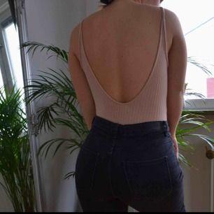 Fin beige body köpt på urban outfiten för några år sen. Väldigt stretchig så därför kan nog även någon med storlek L ha den  Kan mötas upp eller frakta, men då står köparen för frakten!