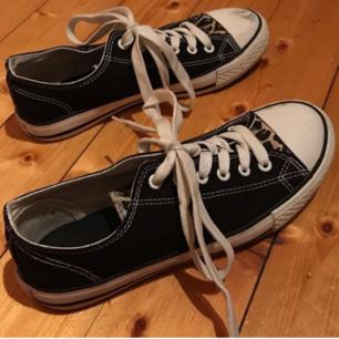 Snygga converse liknande skor med leopardmönstrade