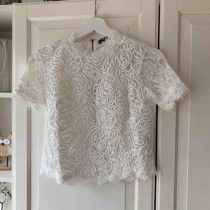 Oanvänd t-shirt från Zara i broderat spets.