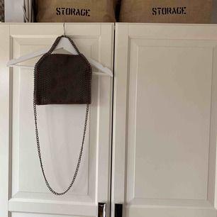 Snygg Stella McCartney väska i ormskinnsmönster i en mörkbrun färg!