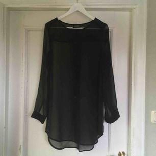 Cool, genomskinlig skjorta från Monki! Endast använd ett fåtal gånger. Vid frakt betalar köparen för frakt. 🌿