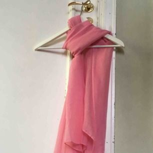 ca 90x160 cm. Tunn rosa scarf. Aldrig använd 💕