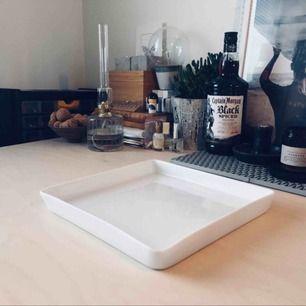 Ett stilrent uppläggningsfat i vitt porslin från Galzone 🍽✨