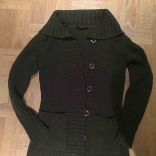 Mysig grå stickad kofta med fickor på sidorna i storlek Small från Vero Moda ☕️💕