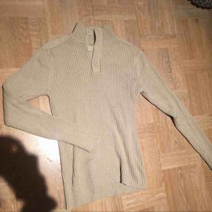 Snygg beige tröja i storlek Medium (men passar Small också) ☕️