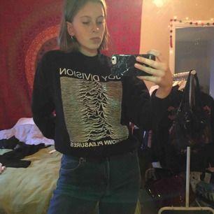 Svart Joy Division sweatshirt, köpt i London förra året. Använd en gång + gången på bilderna. Storlek S men passar även XS. Vääääldigt skön, supermjuk på insidan! 🖤💕💕💕💖🎁🎶🎵🎶🎶🎶