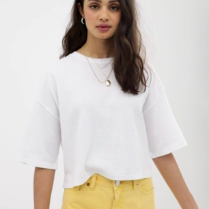 Helt ny croppad vit t-shirt från Asos. Nypris 235 kr med frakt, jag säljer för 160kr med frakt! 🥰