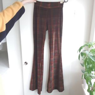 Jätteballa utsvängda rutiga byxor med jättefina färger. Sitter snyggt på!!! De är bra på mig som är 174 cm lång🧡 Fraktar bara och frakten kostar 50 kr