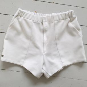 Vita shorts från lacoste💗  De har en pytteliten grå fläck på den vänstra fickan som man inte tänker på. Fraktar bara och frakten kostar 40 kr