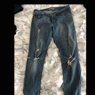 Nästan helt oanvända Levi's jeans med hål. Sjukt fina och sitter väldigt fint! Dom är långa i midjan. Ny pris kostade dom ungefär 1100 kr! Ink. Frakt (skriv så kanske vi kan mötas upp och plagget blir billigare)! GE GÄRNA BUD!