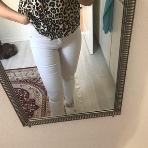 Säljer ett par riktigt snygga och bekväma vita byxor från BikBok. Byxorna har använts endast 1 gång.  Köpt för 500kr.