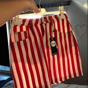 Helt ny kjol från boohoo med prislapp! Oanvänd då den inte passar mig. Köpare står för frakt annars kan jag mötas upp om du bor i närheten.
