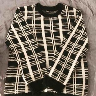 Perfekt oversized modern rutig stickad tröja från HM😆 bra skick! Inget trasigt inga fläckar