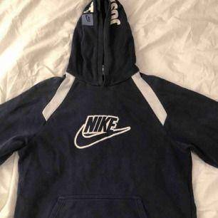 En hoodie som jag köpte här på plick, men säljer för att den inte kommer till användning. Tröjan är i barnstorlek XL, men skulle säga att den är som en S. Frakt tillkommer.